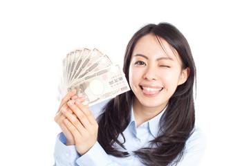現金を持った女性