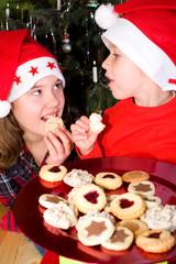 Kinder naschen Weihnachtsplätzchen