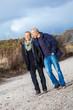 canvas print picture - älteres erwachsenes glückliches paar spaziert am strand