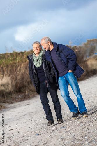 canvas print picture älteres erwachsenes glückliches paar spaziert am strand
