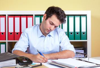 Mann im Büro bei der Arbeit