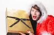 Weihnachtsfrau mit goldenem Paket