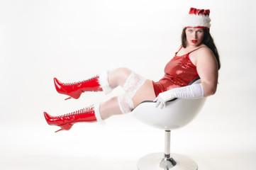 Sexy Weihnachtsfrau im Sessel