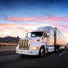 Camions et autoroute au coucher du soleil - le transport de fond