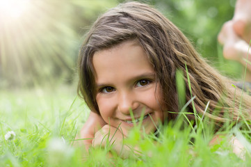 Lächelndes Kind auf sonniger Wiese