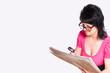Frau mit Sehschwäche beim Zeitunglesen
