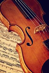 Antike Geige mit Notenblatt