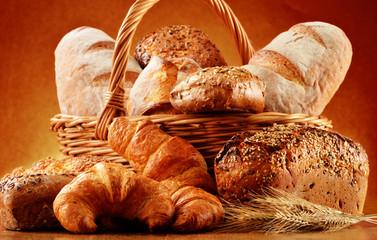 Wiklinowy kosz z chlebem i bułeczkami