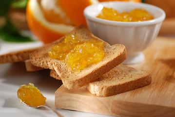confettura di arancia nella fetta biscottata