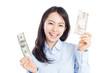 日本円と米ドルの紙幣を持った女性