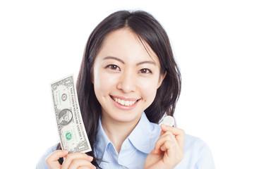 1ドル紙幣と100円玉を持った女性