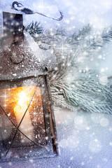 vecchia lanterna nella neve