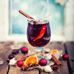 heißer Glühwein mit weihnachtlicher Dekoration