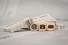 Contactez vieille pile de journaux