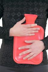 Frau mit Wärmflasche