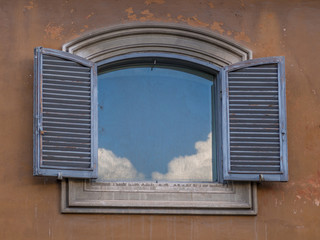 Roma, finestra con cielo
