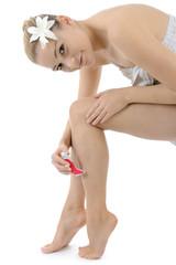 Twen rasiert sich die Beine
