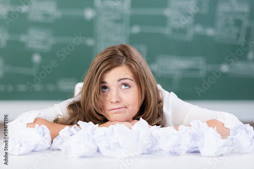 genervte schülerin mit zerknülltem papier