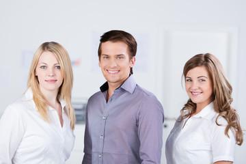 drei auszubildende im unternehmen