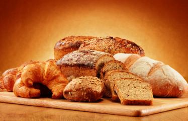 Kompozycja z chlebem i bułeczkami