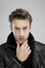 Junger Mann mit schwarzer Lederjacke
