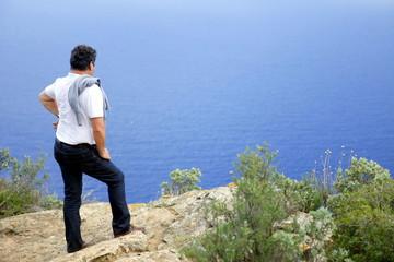 Homme regardant la mer