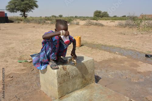 bambina assetata