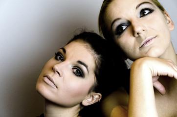 Zwei nachdenkliche Frauen