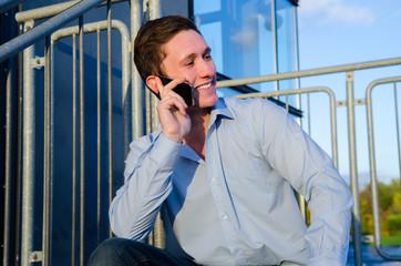 junger geschäftsmann telefoniert outdoor