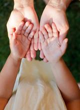 Enfant montrant des mains