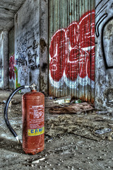 Estintore sul pavimento edificio abbandonato