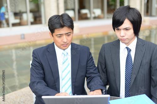 パソコン作業をするビジネスマン