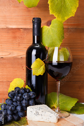 Red wine with cheese snack and blue grape