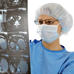 OP-Arzt mit Röntgenbild