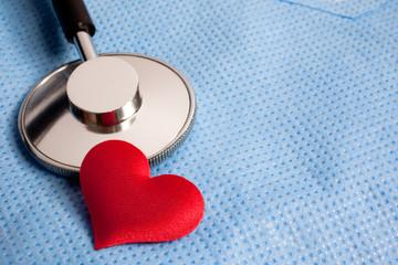cuore e stetoscopio