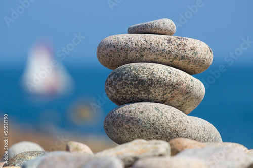Galets sur la plage - 58531790