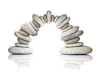 Arche de galets en équilibre, fond blanc