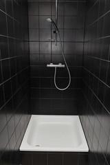 douche carrelée noire avec receveur blanc