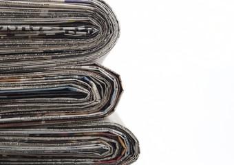 Zeitungsstapel isoliert
