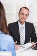 Mann im Büro: Kundenberater für Altersvorsorge