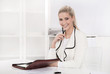 Junge lachende hübsche Frau sitzend im Büro