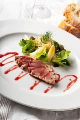 Gegrilltes Tunfisch-Steak auf einem Teller