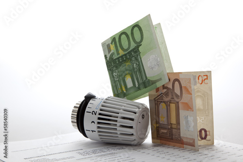 Heizkosten Konzept mit Thermostat und Geldscheinen
