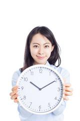 時計を見せる女性
