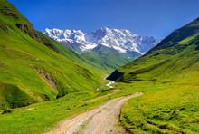 La crête principale du Caucase, montagne Chkhara.