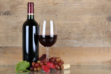 Rotwein in Weinflasche und Weinglas