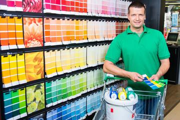 heimwerker kauft farben ein