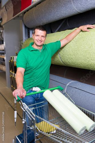 kunde sucht einen teppich aus