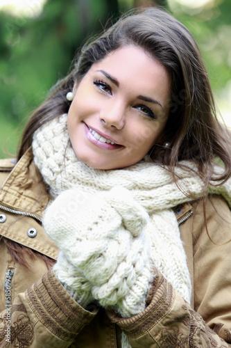 jeune femme souriante se promenant en tenue d 39 hiver photo libre de droits sur la banque d. Black Bedroom Furniture Sets. Home Design Ideas