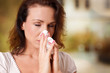 Frau mit verschnupfter Nase